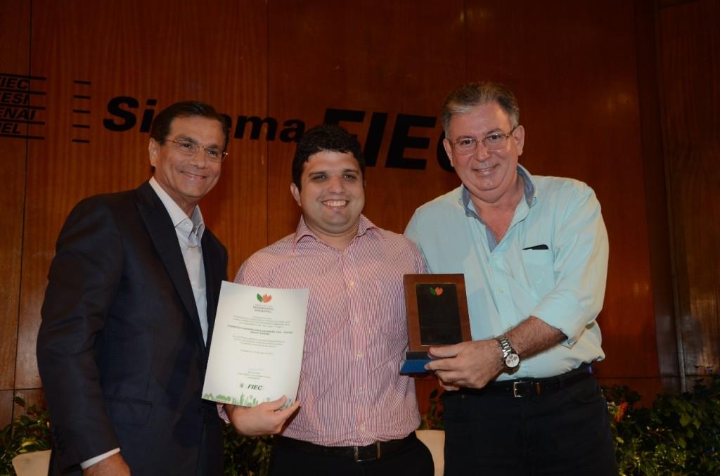 Marcelo Tavares recebe o prêmio do Presidente da FIEC, Beto Sturdart e do Diretor Administrativo da entidade, Ricardo Cavalcante.
